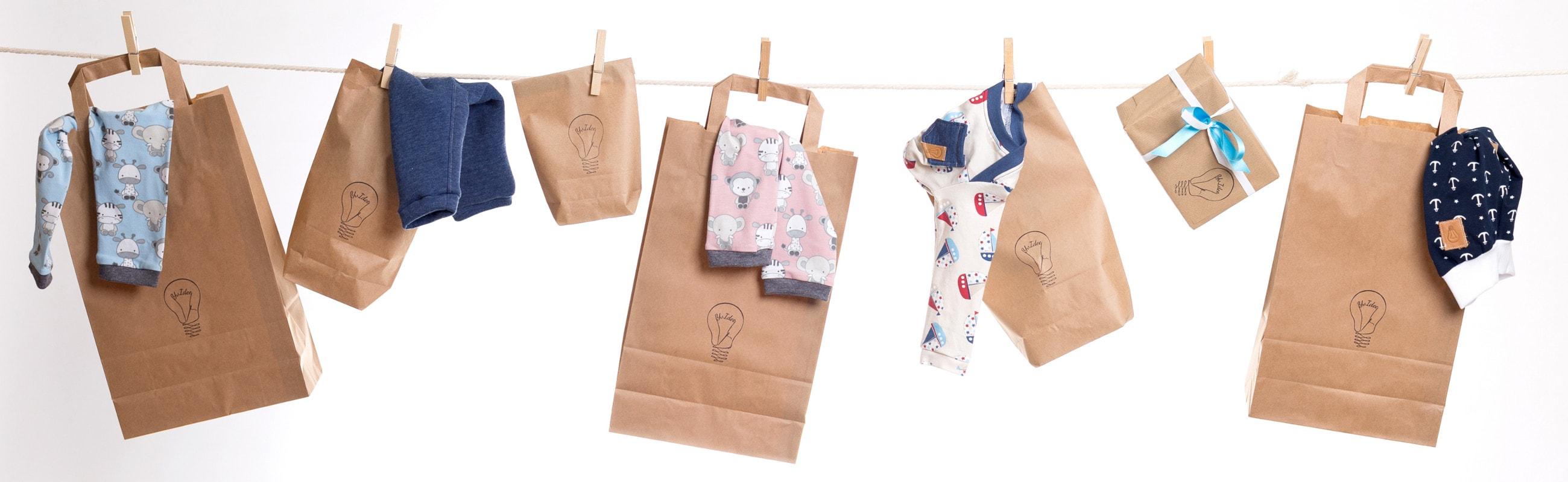 Einkaufstüten mit verschiedener Babykleidung