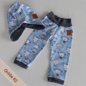 Babyset Junge bestehend aus Mütze und Hose aus blauem Stoff und unterschiedlichen Tieren