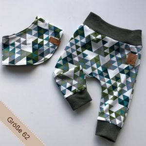 Babyset bestehend aus Hose und Halstuch mit Dreiecken darauf
