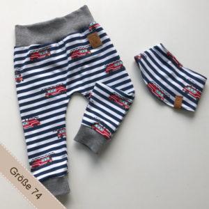 Babyset bestehend aus Hose und Halstuch.