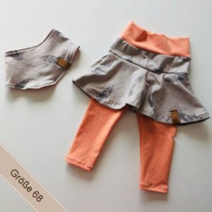 Babyset mit Federn bestehend aus Halstuch und Rockleggings