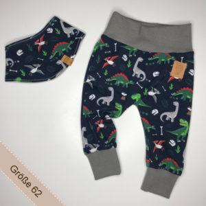 Babyset bestehend aus Halstuch und Hose mit Dinos.