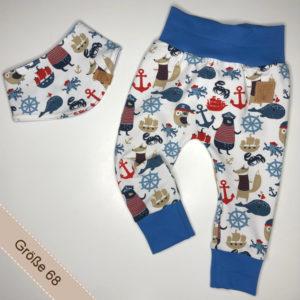 Babyset aus Hose und Halstuch mit Piratentieren darauf.