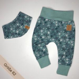 Babyset bestehend aus Hose und Halstuch mit Seesternen darauf